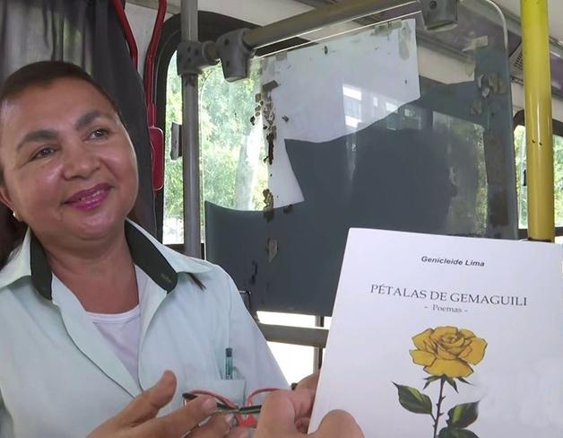 Cobradora escreve livro de poesias no ônibus