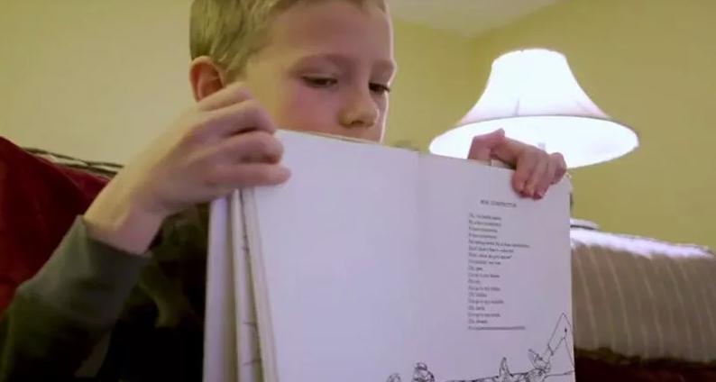 garotinhos lê poema para sua avó em quarentena