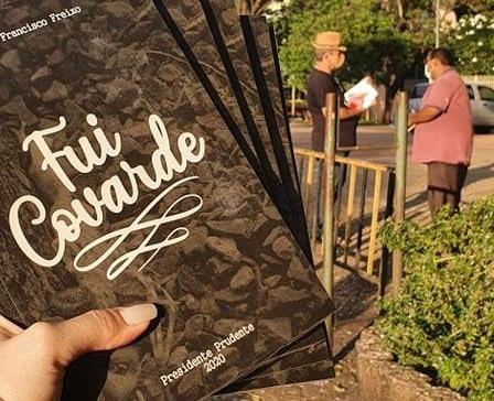 Escritor lança e distribui livro de poesia gratuitamente em praça