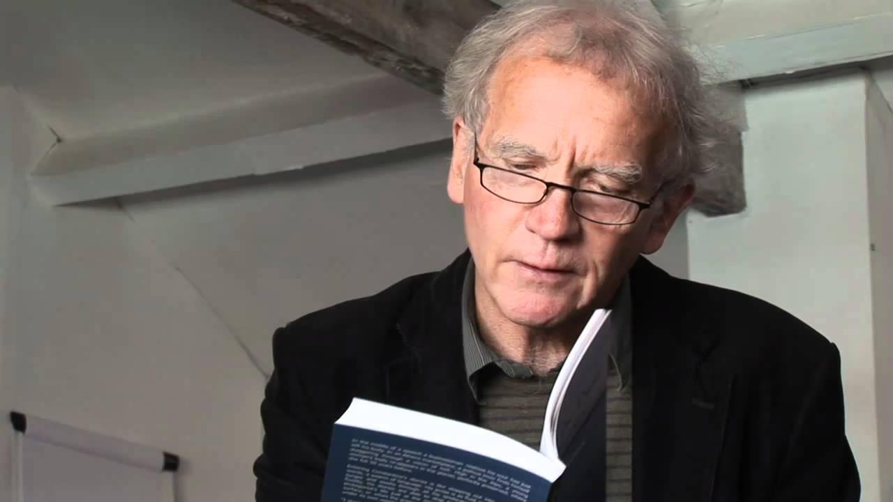 David Constantine recebe a medalha de ouro da rainha para poesia