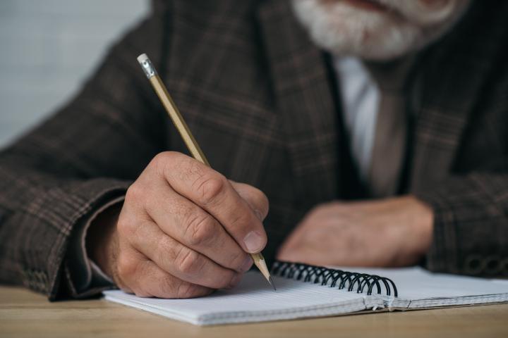 Aos 72 anos, poeta vende picolé para publicar livro